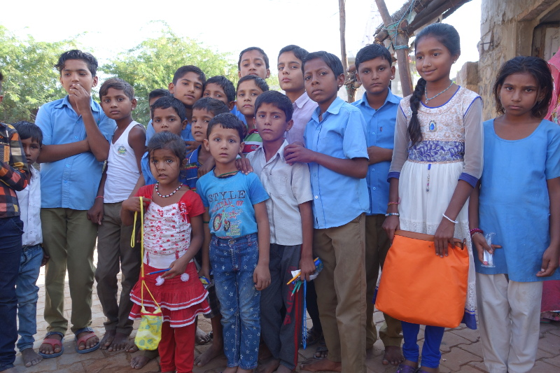 Je ne suis pas sûr que nous avons distribué nos effets scolaires aux enfants qui en avaient le plus besoin. Il y a la réalité incontournable des castes surtout dans les villages, c'est à dire là où les règles et les structures tradtionnelles sont encore très prégnantes. Je découvre progressivement ce qu'il en est dans ce village et je fais découvrir au groupe