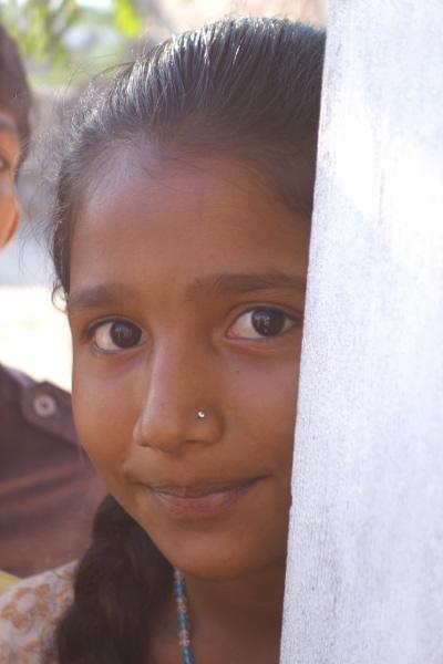 Cette petite appartient à une haute caste. Elle a fait visiter sa maison à Claudette. Lors de la photo de groupe, les enfants eux-mêmes désignaient les enfants de basses castes qui étaient parmi eux. C'était très gênant pour nous. Mais c'est là une dure réalité devant laquelle on ne peut pas fermer les yeux.