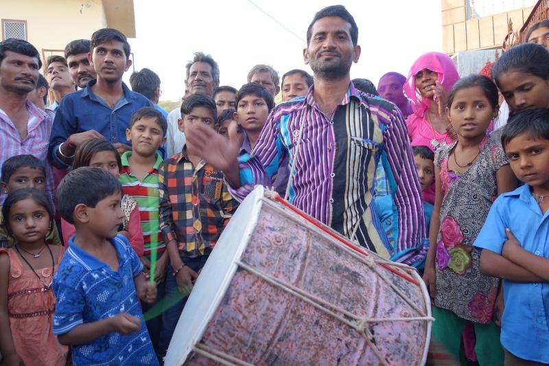 Le joueur de tambour a tenu à nous montrer que son jeune fils jouait très bien lui aussi du tambour. Les métiers et rôles se transmettent de père en fils. C'est là l'une des logiques de la caste.