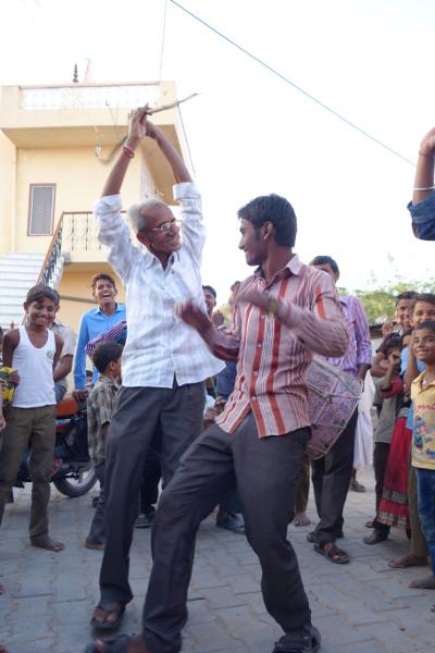Un aîné se joint à la danse.