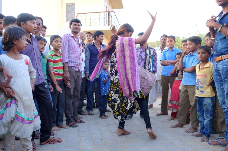 Une jeune fille Manganiyar entre à son tour dans la danse.