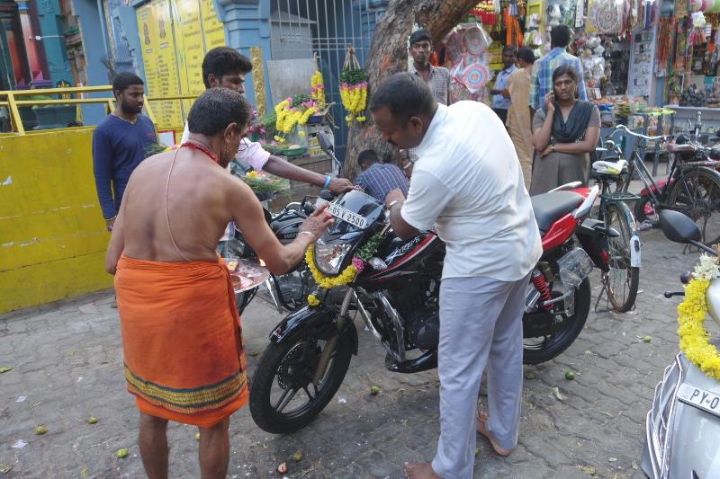 Bénédiction suite à l'acquisition d'un nouveau deux-roues. Comme dans toutes les villes indiennes, les rues et ruelles sont envahies par les deux-roues. D'où une préoccupation de tous les instants de se protéger, de toutes les manières possibles.