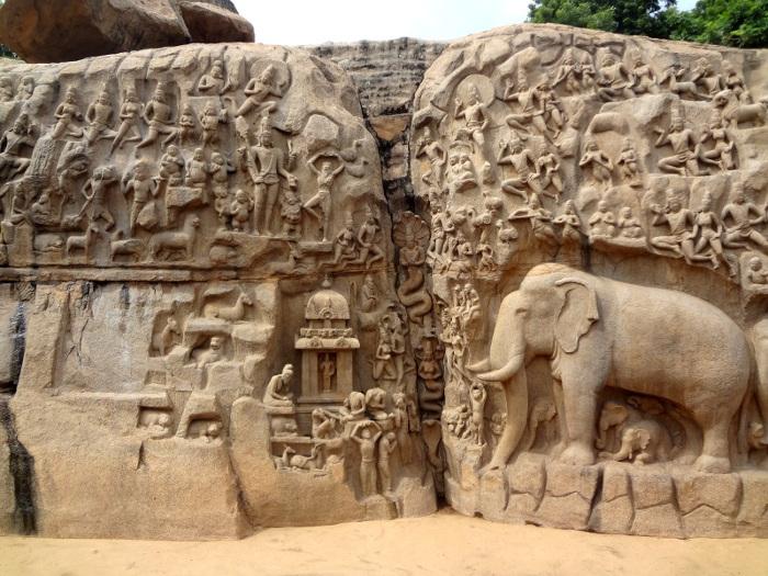 """Le bas-relief emblématique de Mahabalipuram: la """"Descente du Gange"""" ou """"Pénitence d'Arjuna."""