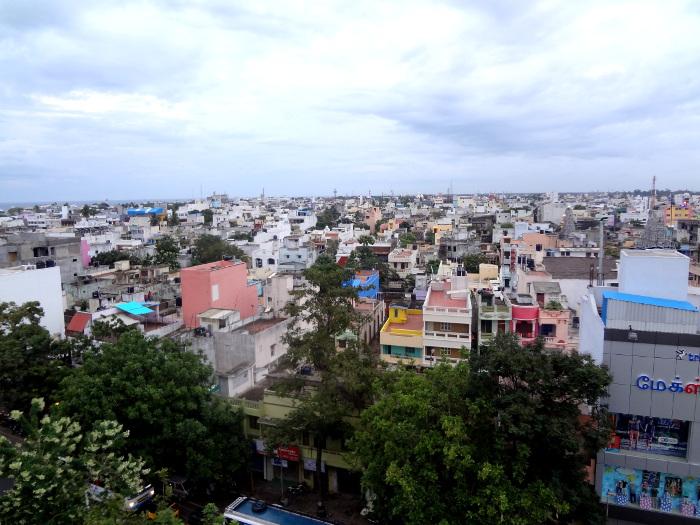 Etape suivante: Pondichéry. Le temps y est pluvieux en décembre, ce qui sera le cas aussi dans une grande partie du Tamil Nadu. Même si l'ancien comptoir est redevenue une ville indienne comme les autres, surpeuplée et bruyante du fait du concert incessant des klaxons surtout, il reste encore un tout petit territoire en bordure de mer où quelques édifices emblématiques témoignent encore de l'ancienne présence française.