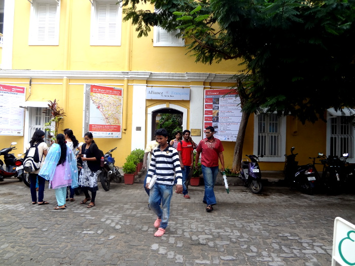 L'Alliance française. Le français reste l'une des langues officielles du territoire de Pondichéry.