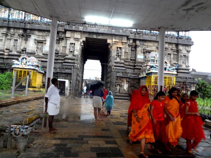 """A environ 70 kms de Pondichéry: Chidambaram où s'élève un grand temple dédié à Shiva vénéré en ce lieu sous sa forme du """"roi de la danse"""" ou Nataraj."""