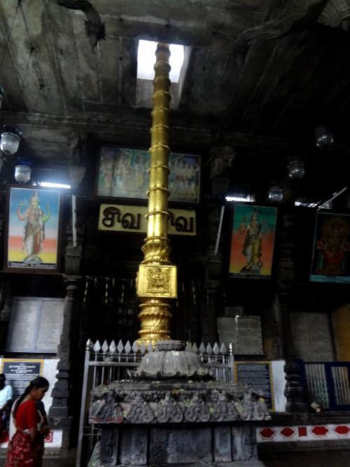 Dans l'enceinte des temples du sud de l'Inde, on peut voir un mât de prières qui permet de hisser un drapeau aux couleurs de la divinité vénérée dans le temple. Il représente aussi un symbole de vie et de ce point de vue sa signification est proche de celle du lingam, l'organe mâle qui représente le dieu Shiva. Ce mât est désigné par le terme dwajasthambam ou kodimaram.