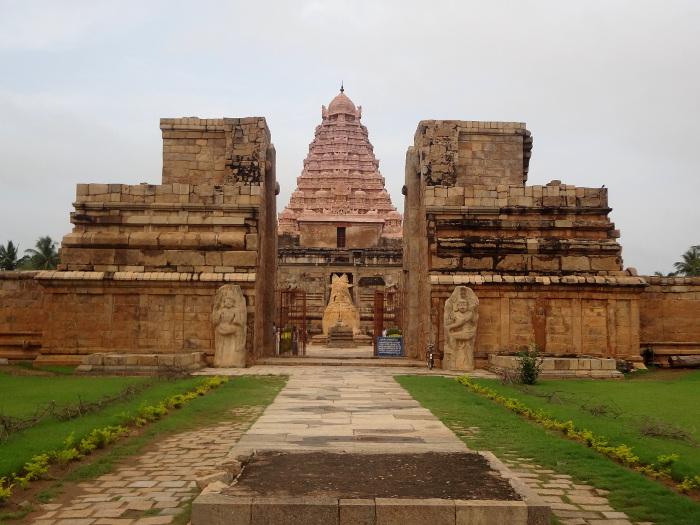 Sur la route de Tanjore, dans le petit village de Gangaikondacholapuram, un grand temple qui date du XI ème siècle dédié à Shiva, nommé en ce lieu Shrî Pragadheshwarar.