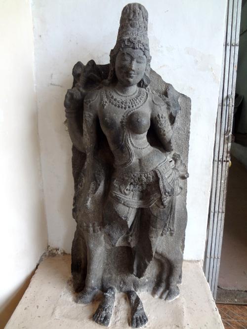 Statue de Shiva sous la forme de Shiva pour moitié et Parvatî pour l'autre moitié.