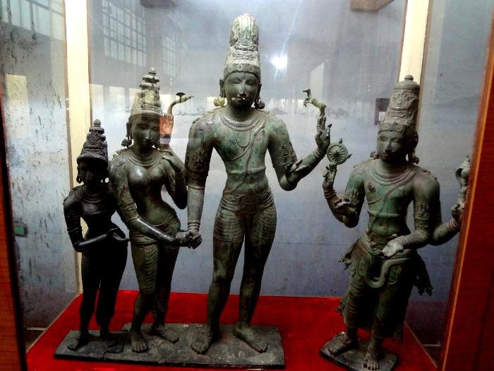 Le mariage de Shiva et Parvatî. De part et d'autre : Vishnu et Lakshmî.