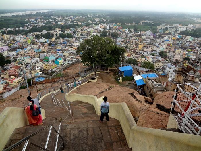 """Du sommet on découvre toute la ville avec à gauche le fleuve Cauvery qui irrigue et fait la richesse de cette région appelée le """"bol de riz"""" du sud de l'Inde."""