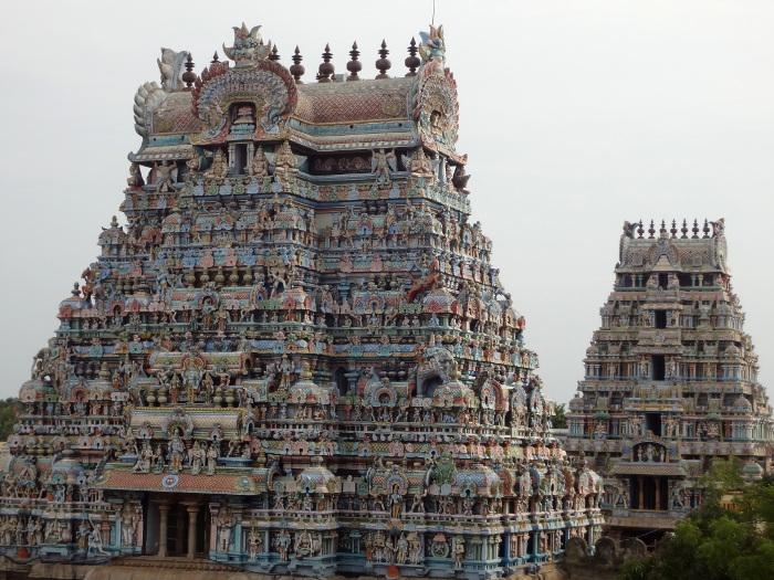 Des gopuram qui débordent de statues aux couleurs vives. Une grande partie du panthéon hindou est représenté.