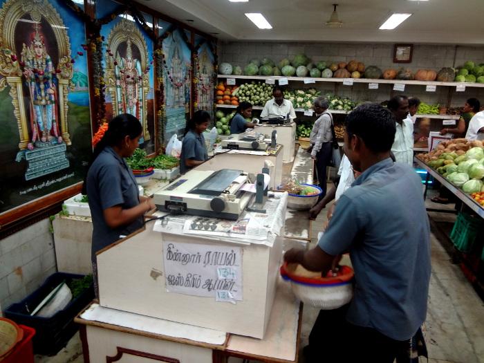 Les représentations des dieux ornent les murs d'une banale boutique de fruits et légumes. En Inde, les dieux sont partout et font partie de la vie quotidienne.