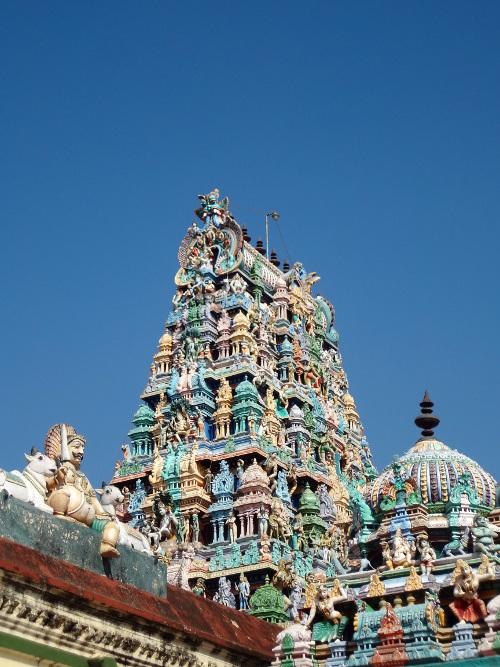 Sur la route vers Madurai, nous avons pu visiter encore des temples magnifiques. Le soleil et le ciel bleu sont de retour.