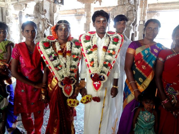 Autre jeune couple venu rendre hommage à la divinité du lieu.