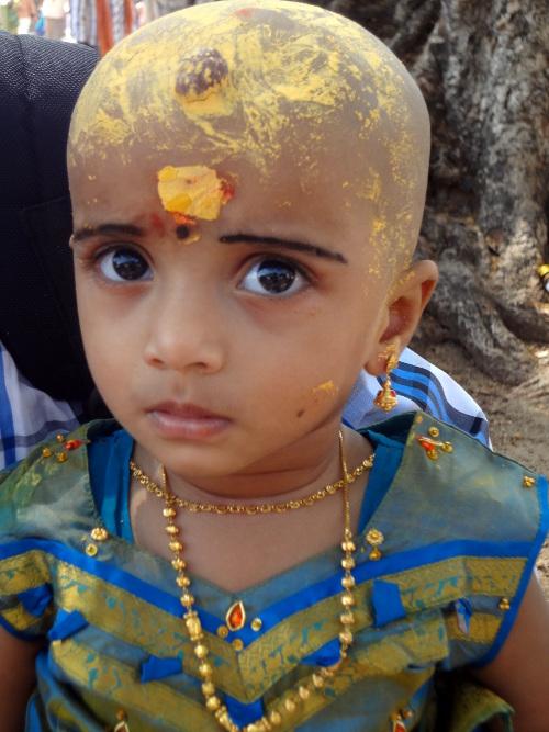 Cette petite fille a offert ses cheveux de bébé à la divinité.