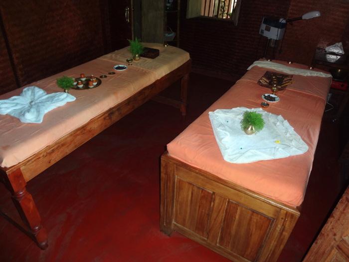 Et pour se reposer en fin de journée, nous savourons le plaisir de se faire masser selon les règles traditionnelles de l'art et de la science ayurvédique.