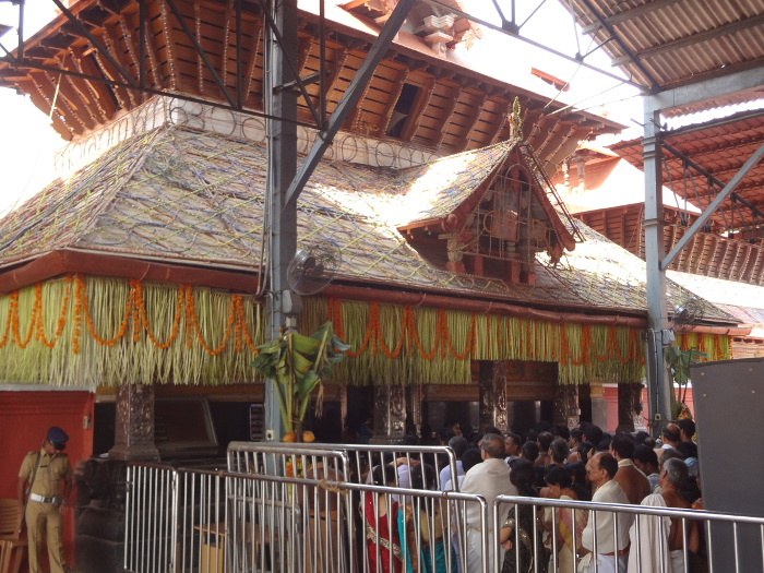 Grand temple à Guruvayur consacré à Krishna. Interdit aux non hindous. Nous pourrons voir que de l'extérieur.