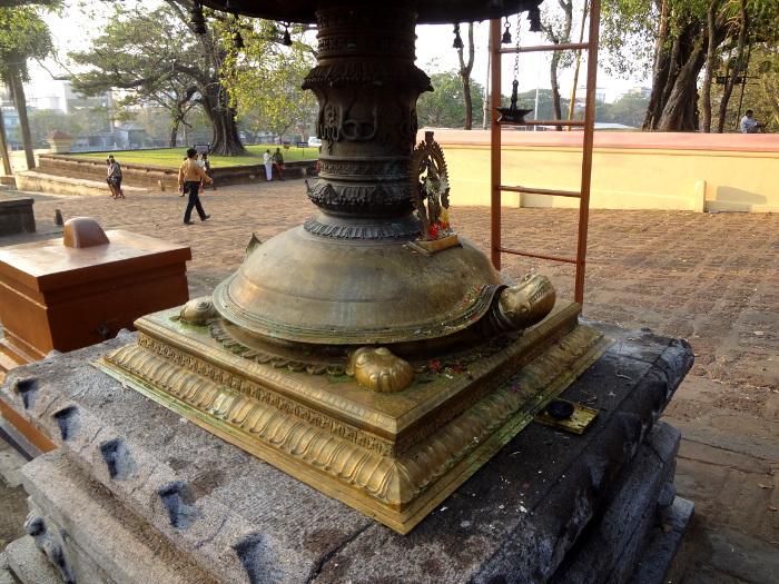 Le mât du temple repose sur une tortue, qui se nomme Kurma dans la mythologie hindoue.