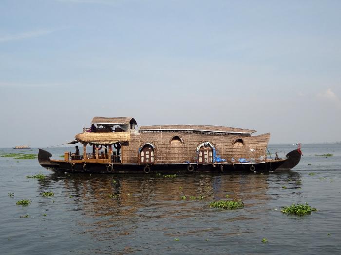 """Les bateaux de transport de marchandises traditionnels, les """"kettuvalam"""", ont été transformés en house boats pour des croisières fluviales."""