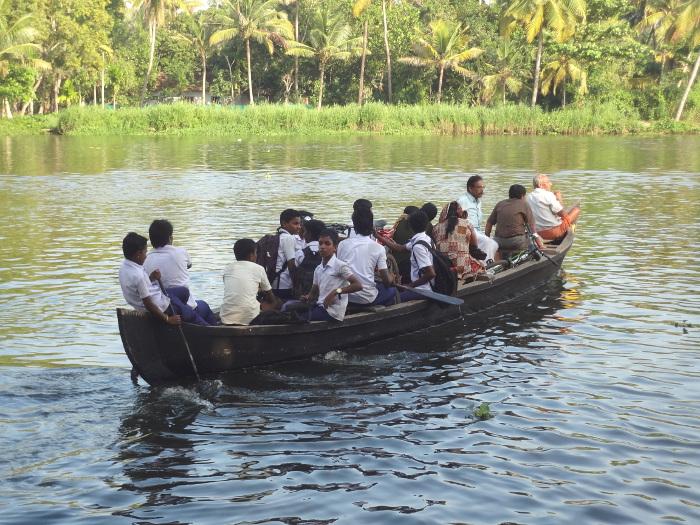 Un passeur permet aux écoliers de rejoindre leur îlot.