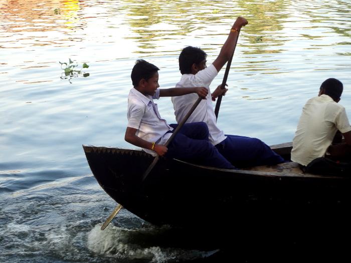 Les écoliers se saisissent de pagaient et s'amusent de la traversée.