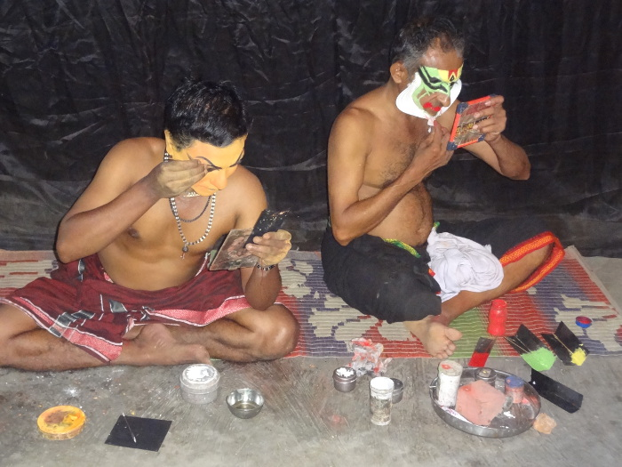 A Varkala nous avons assisté à un spectacle de Kathakali. La séance de maquillage et d'habillage qui dure près de deux heures fait partie intégrante du spectacle.