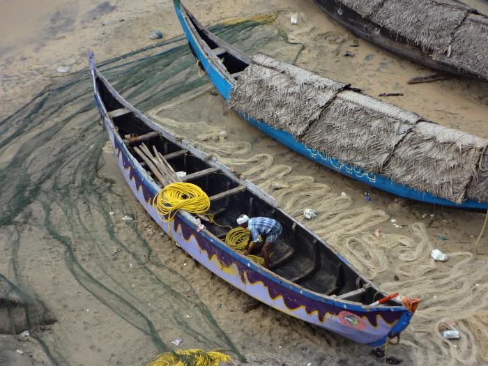 Un pêcheur du même village prépare son embarcation pour un autre type de pêche.