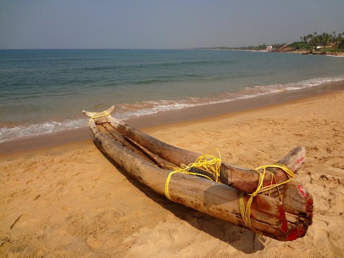"""Les pêcheurs les plus pauvres continuent d'utiliser le catamaran. Ce frêle esquif est constitué de trois morceaux de bois attachés à l'aide de liens. Catamaran est un mot d'origine tamoule, """"katta"""" signifie """"lien"""" et """"maram"""" = """"bois""""."""