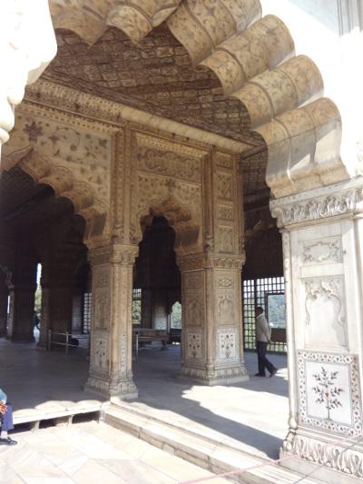 """Les Moghols ont régné durant trois siècles en Inde, du XVIème au XIXème siècle. Ici, le hall des audiences privées, le """"diwan i khâs"""", un bâtiment à l'architecture d'un raffinement extrême, caractérisée notamment par des arches alvéolés que l'on retrouve systématiquement dans l'architecture islamiques et indo-moghole."""