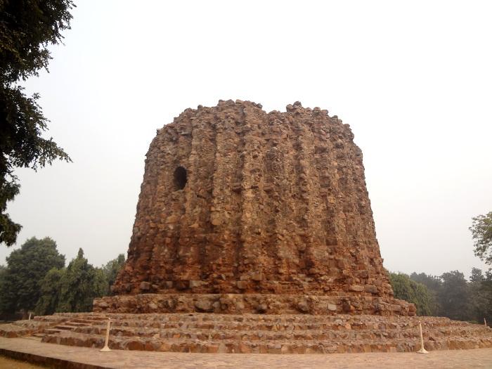 Le successeur de Qtud-ud-Din Aibak, Alauddin Khilji, mit en chantier la construction d'une tour plus haute encore que le Qutb Minar. Aujourd'hui on peut voir la base de la tour, Alauddin Khilji n'ayant pas eu le temps d'achever son oeuvre.