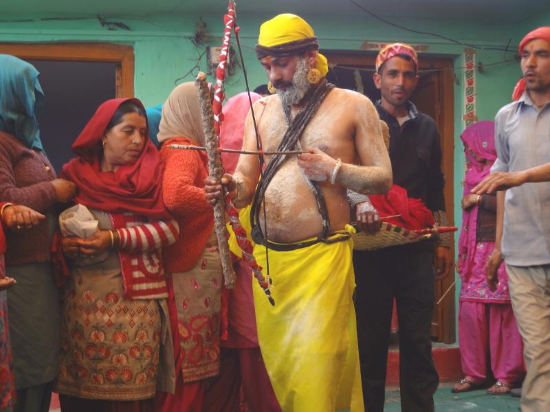 Le marié est méconnaissable. Il s'est transformé en sadhu. Le sens de ce rituel : plutôt que de se marier, l'homme veut réaliser son idéal de renoncement et vivre de mendicité et de la chasse. Mais nous verrons que l'assemblée est là pour lui rappeler son devoir qui est d'abord de se marier et fonder une famille.