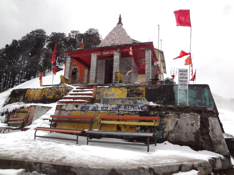 Au sommet (3 135 m), un temple comme il se doit