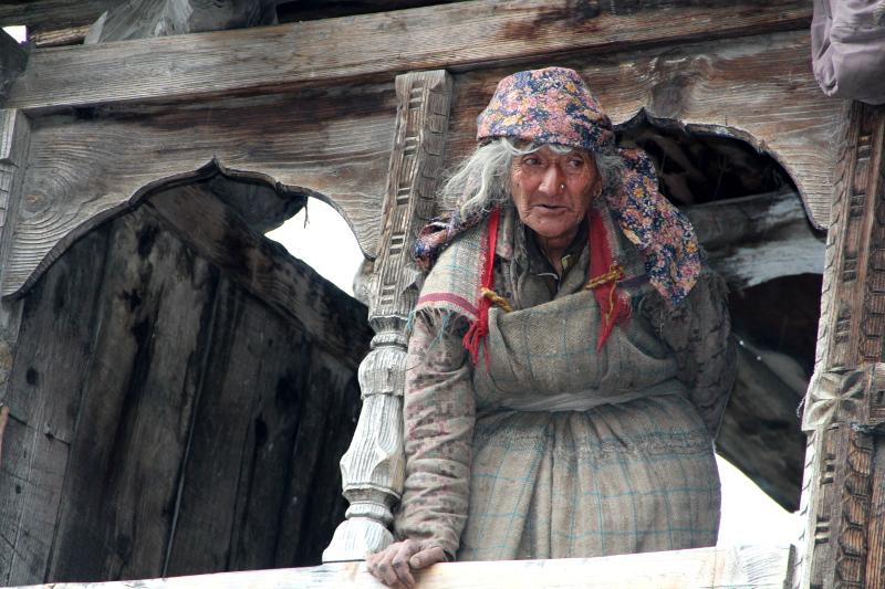 Vieille dame à la fenêtre