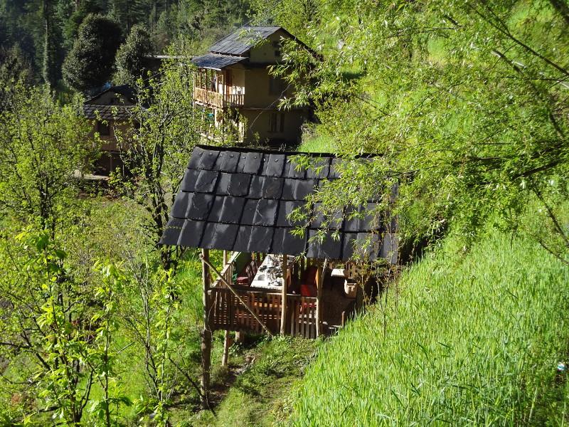 Retour à notre hôtel niché dans la verdure. Au premier plan la salle à manger
